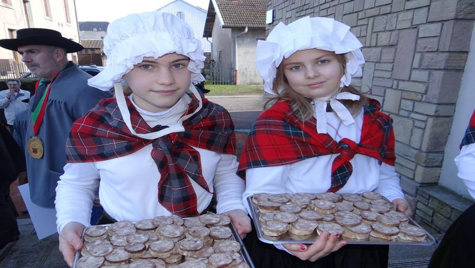 Jeunes filles en tenue traditionnelle lors de la Foire du Val d'Ajol dans les Vosges (Crédit photo Bertrand Munier)