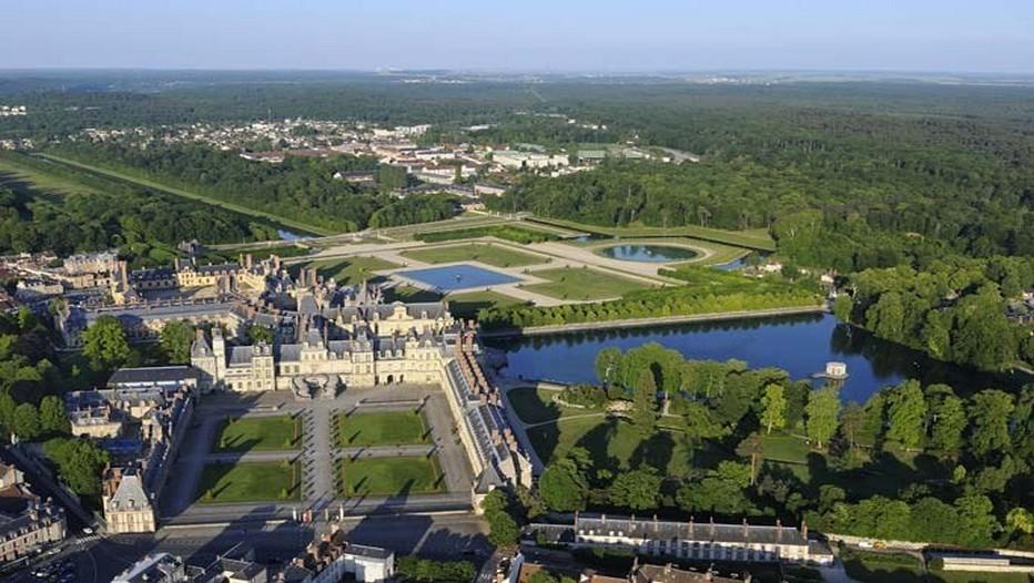 Vue aérienne de la ville de Fontainebleau, son château et sa forêt d'exception (Crédit photo O.T. Seine et Marne)