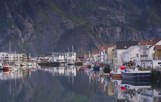 Le port dans l'archipel des Lofoten où s'amarrent les chalutiers avant de reprendre la pêche du skrei (Crédit photo Tourism Norway)