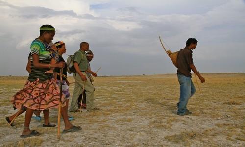Un petit groupe de Bushmen surgit de nulle part, à pied sur une terre ocre sans fin. (Crédit photo Patrick Cros)