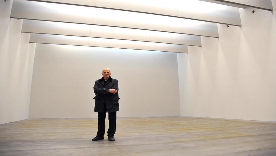 Lors de l'inauguration du musée qui lui est dédié à Rodez, Pierre Soulages pose dans l'une des salles immaculée où la lumière douce diffuse toute une gamme de blancs (© Photo musée-soulages-Rodez)