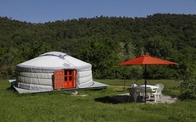 Dormir dans une yourte mongole en pleine verdure..... (Crédit photo location-vacances-collobrieres)