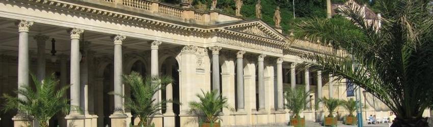 Promenade sous  l'élégante colonnade néoclassique en fonte, l'une des plus belles de Bohème, qui date de 1899. Pendant la saison thermale, les musiciens classiques de Mariánské Lázně y donnent des concerts (Crédit photo DR)