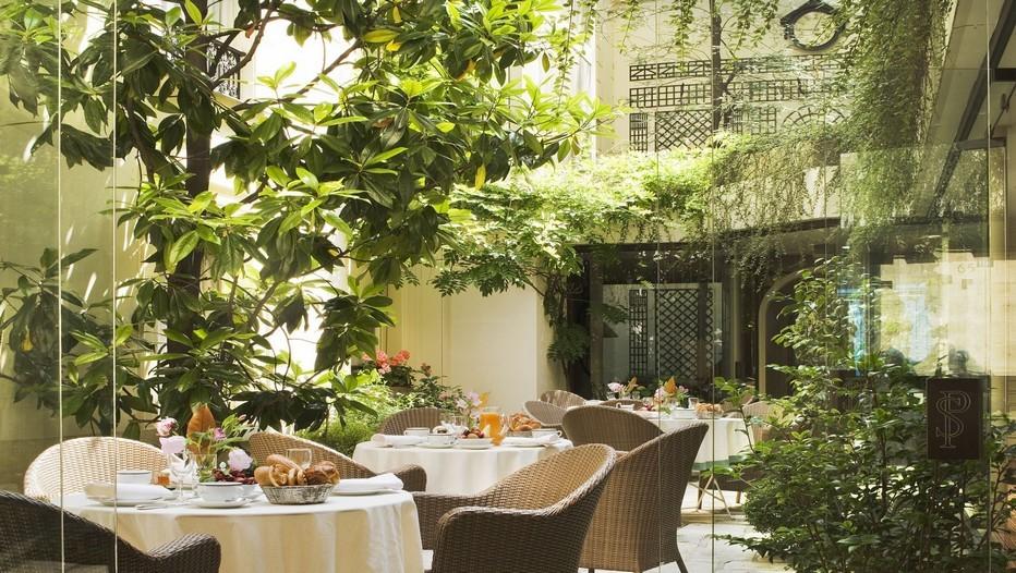 l'hôtel des Saints Pères s'organise autour d'un patio central arboré, conférant une source de lumière naturelle à la majorité des chambres de l'hôtel. (Crédit photo Christophe Bielsa)