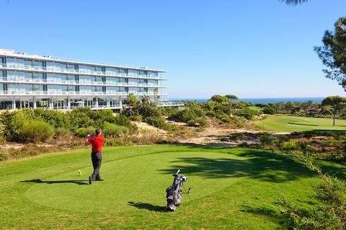 Classé au 65e rang du Top 100 2013 de Golf Magazine,le Oitavos Dunesil est le parcours numéro 1 au Portugal. Il est également le premier parcours de golf en Europe et le second dans le monde à avoir été récompensé par le prestigieux Audubon International Signature Sanctuary Program, pour sa charte environnementale.(Crédit photo DR)