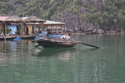 De nombreuses familles de pêcheurs vivent sur des maisons flottantes (Crédit photo Yves Rinauro)