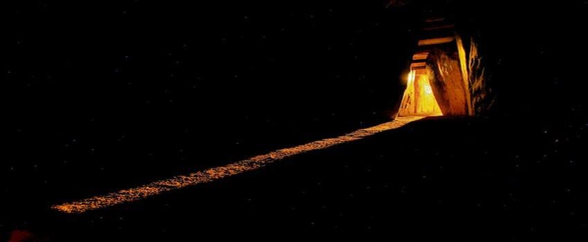 Mouvement du soleil dans le site archéologique de Newgrange situé au nord de Dublin. Pour fêter ce jour de la Samain  des feux étaient allumés et des sacrifices de chevaux (Irlande) ou de taureaux (Gaule) étaient souvent pratiqués. (Crédit photo David Raynal)