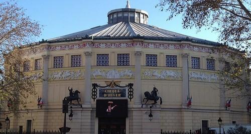 Les décorations intérieure et extérieure du Cirque d'Hiver ont été confiées aux grands sculpteurs et peintres du 19e siècle : James Pradier pour le bas-relief des amazones : Francisque Duret et Astyanax-Scévola Bosio pour les guerriers à cheval ; Gosse ; Barrias. (Crédit photo DR)