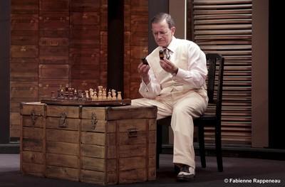 Une table basse, un jeu d'échecs, un homme, le narrateur. Disons Zweig lui-même dans la pénombre du soir, sur un bateau en pleine mer. (Crédit photo Fabienne Rappeneau)