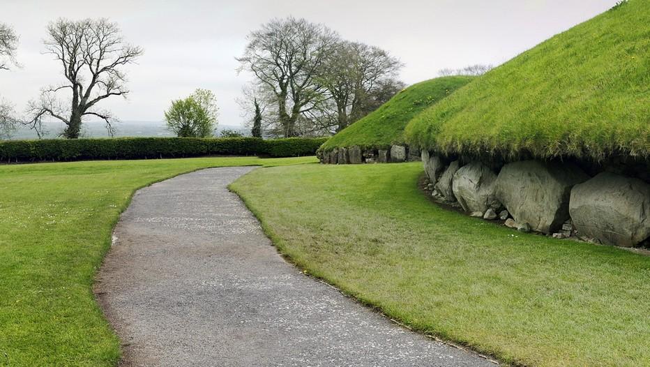 En Irlande, Newgrange est la plus connue des trois grandes tombes à couloir du site de Brú na Bóinne. Le tumulus édifié en 3200 avant J.C. est célèbre pour le spectaculaire rayon de lumière qui pénètre chaque année par l'imposte, au moment du solstice d'hiver.(Crédit photo David Raynal)