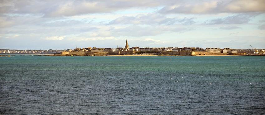 Accroché aux rochers de la baie de Dinard, juste en face de la cité corsaire de Saint-Malo, le Novotel Dinard Thalassa sea & spa qui fête cette année ses 25 ans (Crédit photo David Raynal)