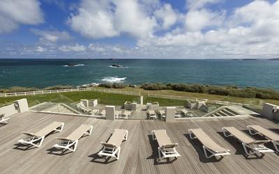 Le bar de l'hôtel Novotel Dinard Thalassa sea & spa donne l'impression d'être sur le pont d'un paquebot avec une vue à 180° sur l'horizon et la mer. (Crédit photo Jacques-Yves Gucia))