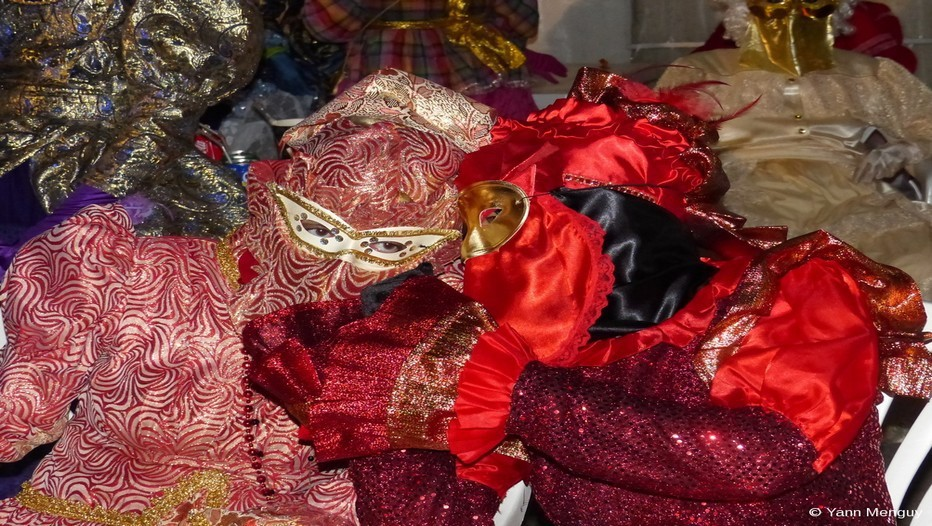 Le temps du carnaval en Guyane, Guyanais et touristes se préparent  à danser avec d'étranges personnages masqués et parés des plus beaux atours. Ce sont les Touloulous. (Crédit photo Yann Menguy)