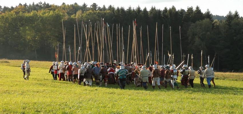 Reconstitution de la bataille de Marignan,  Une manifestation spectaculaire à laquelle participèrent à l'époque des milliers de figurants autour d'un château de bois attaqué par des canons chargés à blanc....(Crédit photo CRT Centre Val de Loire)