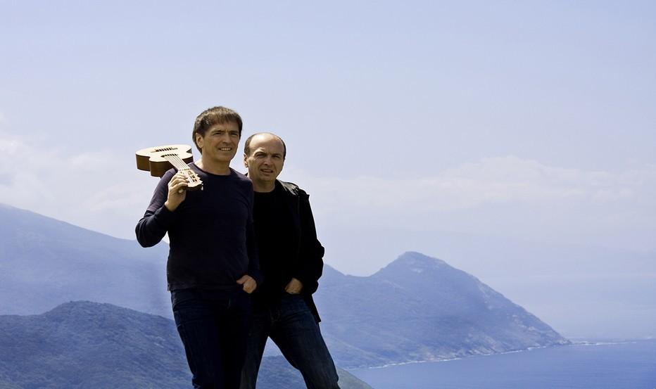 Les deux frères Alain et Jean-François Bernardini du groupe I Muvrini posant devant l'un des somptueux paysages Corse (Crédit photo DR)