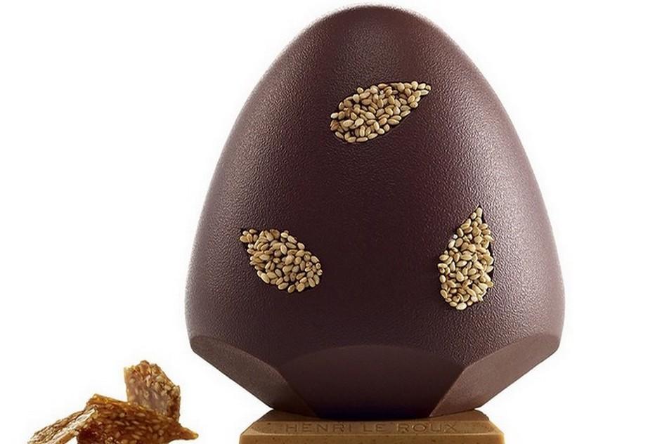 """Ce magnifique oeuf en chocolat décoré de graines en forme de feuilles """"Oeuf Goma"""", a été spécialement créé en 2015 par la Maison Henri Le Roux pour les fêtes de Pâques (Crédit photo DR)"""