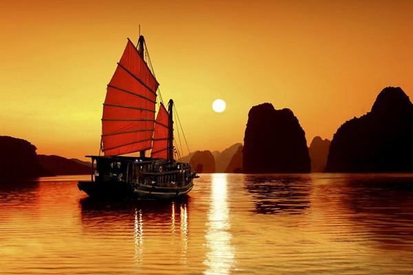 La baie de Ha Long au lever du soleil (Crédit photo voyager-vietnam.com)