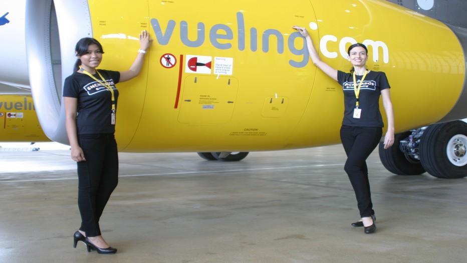 De charmantes hôtesse  posent devant l'Airbus A320 aux couleurs de la Marque Pepsi. de la Cie Low Cost Vueling.(© Richard Bayon)