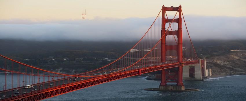 Le Golden Bridge enjambe la baie sur 2,7 kms dans une brouillard emblématique  © DR