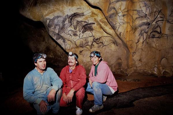 Le 18 décembre 1994, trois spéléologues amateurs, Jean-Marie Chauvet,  Christian Hillaire et Eliette Brunel  découvrent en Ardèche une merveille unique au monde, une grotte ornée datée de… 36 000 ans  © Vanityfair.fr
