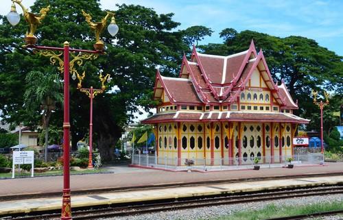 La petite station en bois de couleur rouge et crème de Hua Hin et son pavillon royal a ouvert ses portes en 1911. Le gare deviendra rapidement le symbole de la ville et est encore aujourd'hui l'une des plus pittoresques du pays. (Crédit photo : David Raynal)