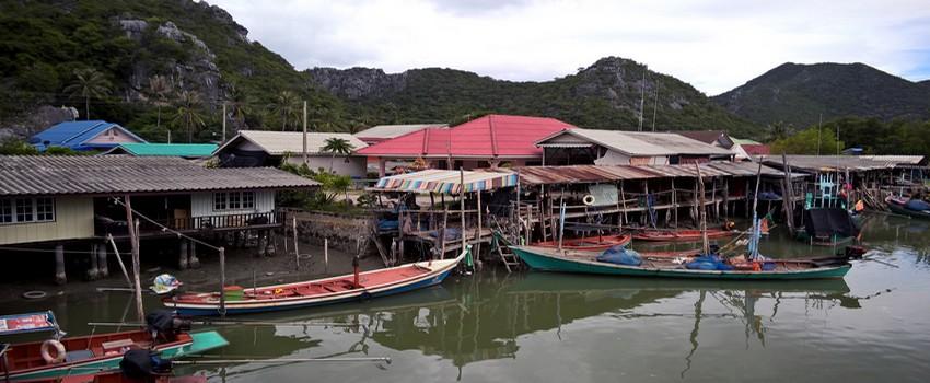 Le village de pêcheurs de Ban Khao Daeng au bord d'un canal, est le point de départ des bateaux pour observer les oiseaux sauvages. (Crédit photo : David Raynal)