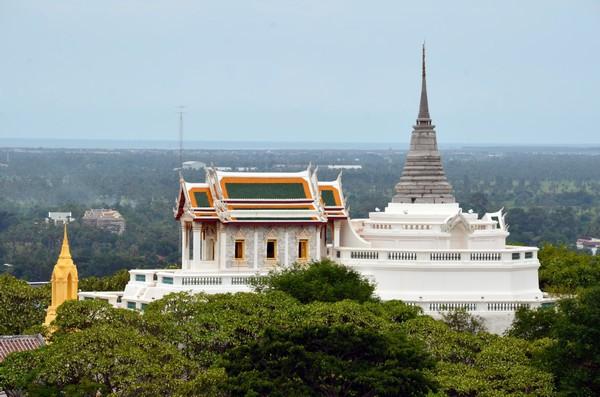 Le château de Khao Wang connu officiellement sous le nom de Phra Nakhon Khiri Historical Paro se trouve au sommet de trois montagnes dans la ville de Phetchaburi. (Crédit photo : David Raynal)