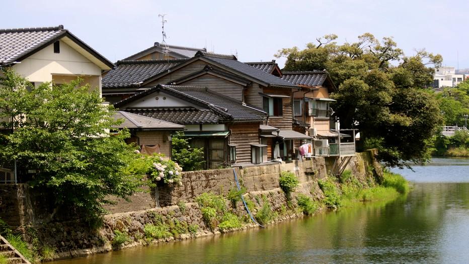 Au crépuscule, les ruelles des quartiers Higashi-chaya-gai et Nagamachi gagnent encore en mystère. Dans l'obscurité qui les enveloppe peu à peu, elles dégagent le parfum  d'une époque lointaine, à la gloire des geishas et  des samouraïs (Crédit photo Mathis Cros).