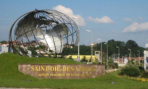 Emblème dédié à la ville de Saint-Dié-des-Vosges  nommée capitale mondiale de la géographie; (Crédit photo DR)