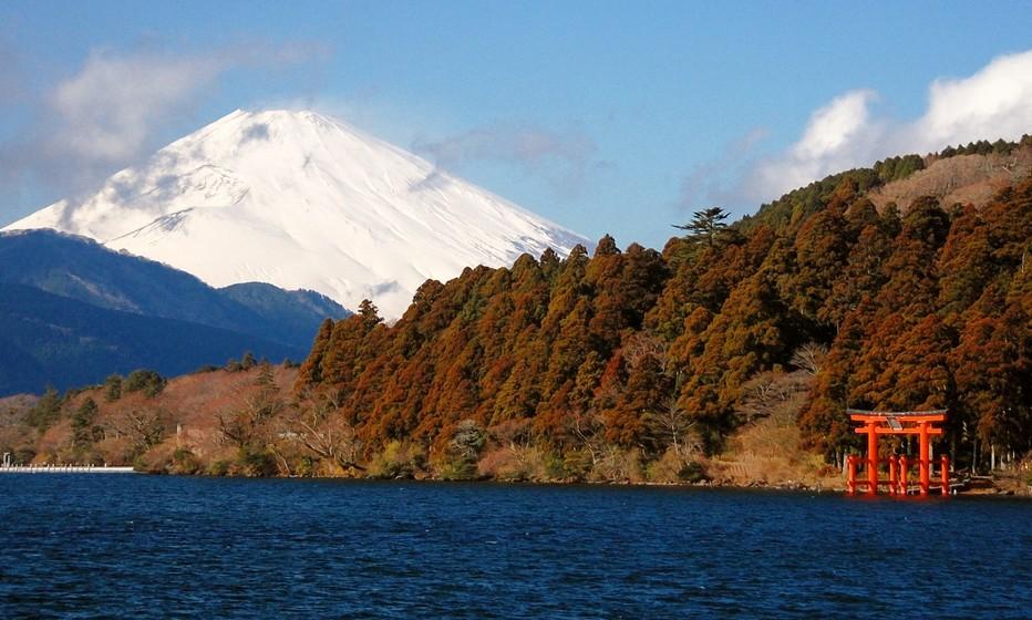 L'Hôtel ryokan Madoka no Mori concilie confort et traditions dans les collines d'Hakone, à 110 kilomètres au sud-ouest de Tokyo, mais il offre également aux vacanciers la visite de lieux magnifiques tel le Mont Fuji. Classé à l'Unesco il est le point culminant du Japon avec 3.776 mètres d'altitude.  © Mathis Cros.
