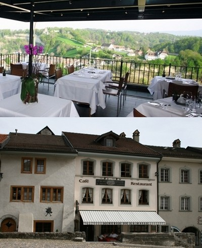 1/ La terrasse du restaurant fribourgeois l'Aigle Noir avec vue sur la ville  © DR ; 2/ Façade et entrée de l'Auberge de la Halle à Gruyères (Suisse)  © DR