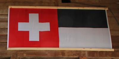 Le drapeau suisse et  celui du canton de Fribourg  © André Degon