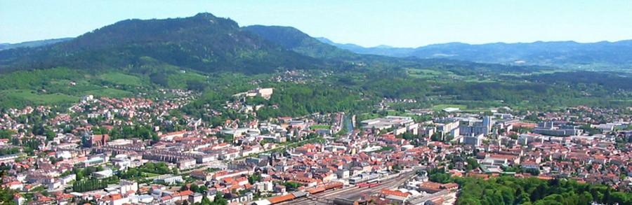 Vue aérienne de Saint-Dié-des-Vosges, appelée Saint-Dié jusqu'en 1999. C' est une commune française, chef-lieu de la Déodatie et d'arrondissement du département des Vosges, en région Lorraine. Ses habitants sont appelés les Déodatiens  © DR