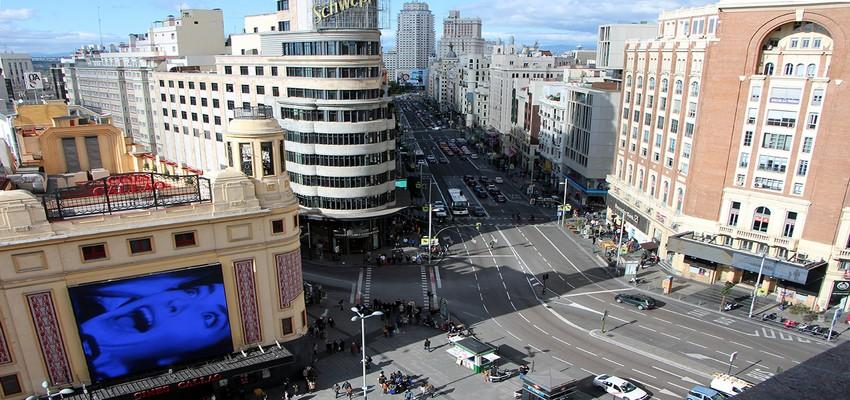 La terrasse du Gourmet Expérience du Corte Inglés de Callao  offre une vue imprenable sur le « Broadway » de Madrid. Cette partie de la Gran Vía occupée par les théâtres de music-hall et de variétés.  © David Raynal