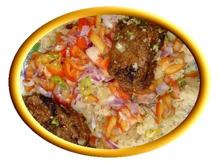 Composé d'un morceau de thon pané et de semoule de manioc (l'Attiéké), le garba est l'un des plats les plus consommés en Côte d'Ivoire.  © DR