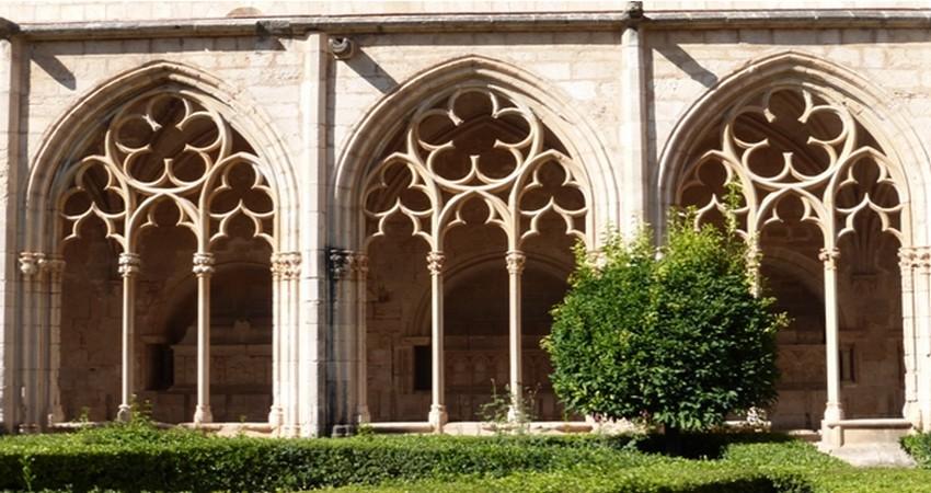 Les Cisterciens font vœu de dépouillement aussi bien dans leurs règles de vie que dans la sobriété de leur architecture. Evolution gothique du cloître de Santa Creus   © Catherine Gary