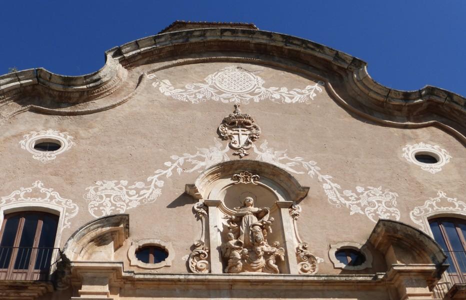 La Route cistercienne de Catalogne, une spiritualité inscrite dans la pierre : Porte baroque de la première enceinte de Santa Creus. © Catherine Gary