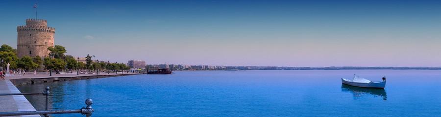 Thessalonique : Son front de mer où s'élève la mythique Tour blanche survivance de l'enceinte d'origine médiévale et franque . © visitgreece.gr.