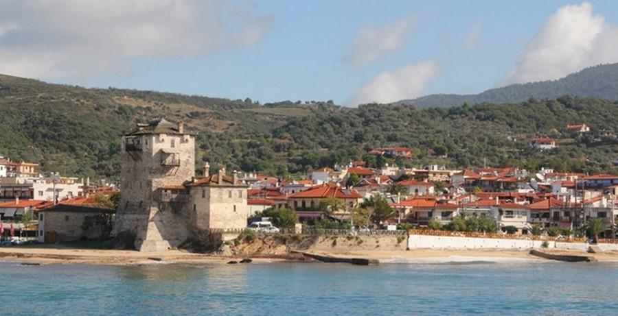 Ouranopoli et la tour byzantine de Prosphori, nom ancien du village © André Degon