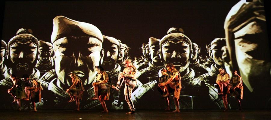 Le Théâtre du Corps mixe les écritures, aborde toutes les disciplines artistiques, danse, littérature, musique, théâtre, mime, cirque, vidéo, arts martiaux, peinture. (Crédit photo  : Pascal Eliott)