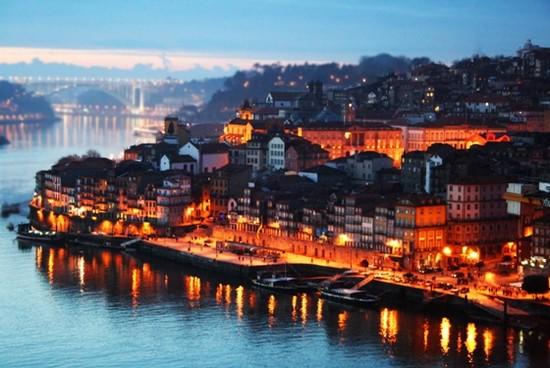 Porto la nuit brille de tous ses feux au bord de l'Océan. © wikipedia-commons