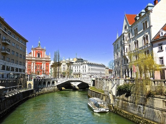 Les ponts font toujours le bonheur des amoureux ici à Ljubljana en Slovénie.  © wikipedia-commons