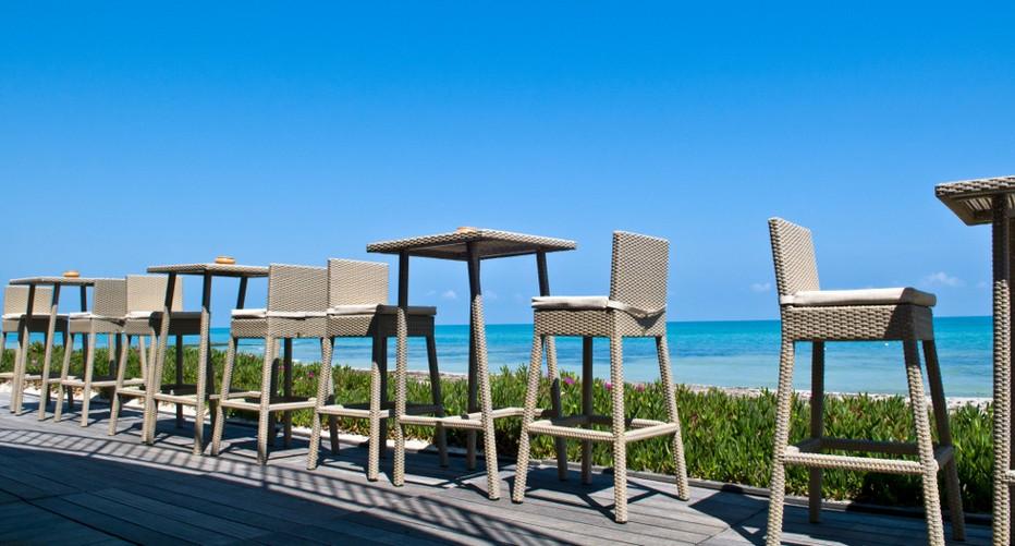 Les hautes chaises du Radisson Blu Ulysse Resort Thalasso de Djerba (Tunisie), bordent la mer méditerranée. © Radisson Djerba