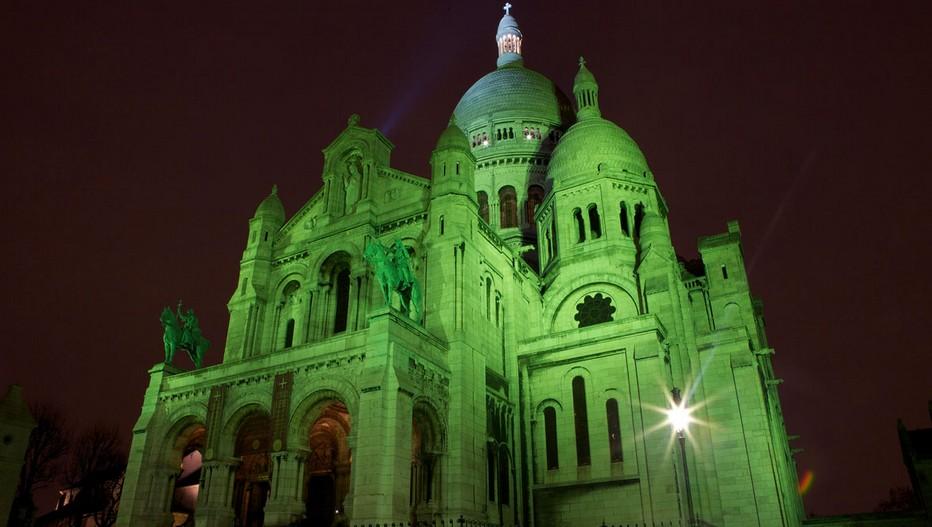 Que vous soyez en Irlande ou en France, la Saint-Patrick est un événement à ne pas rater ! Certains lieux et monuments parisiens se sont, pour l'occasion, paré de la traditionnelle couleur verte...... La basilique du Sacré Coeur, la grande roue des Tuileries et les grands magasins sont de la fête comme le BHV ou les Galeries Lafayette.  © www.ireland.com