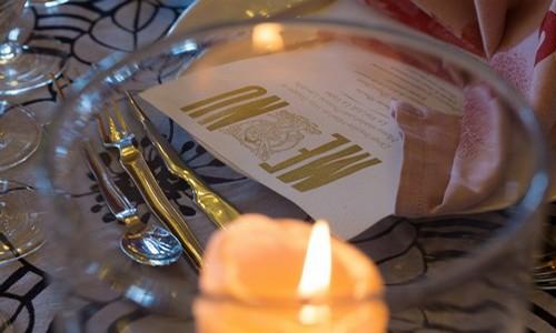 Lors des Dîners insolites du Patrimoine Les tables élégamment décorées mettent en valeur les marques de renom locales telles que Garnier-Thiebaut pour les nappes ou La Rochère pour les verres.-© JFHamard