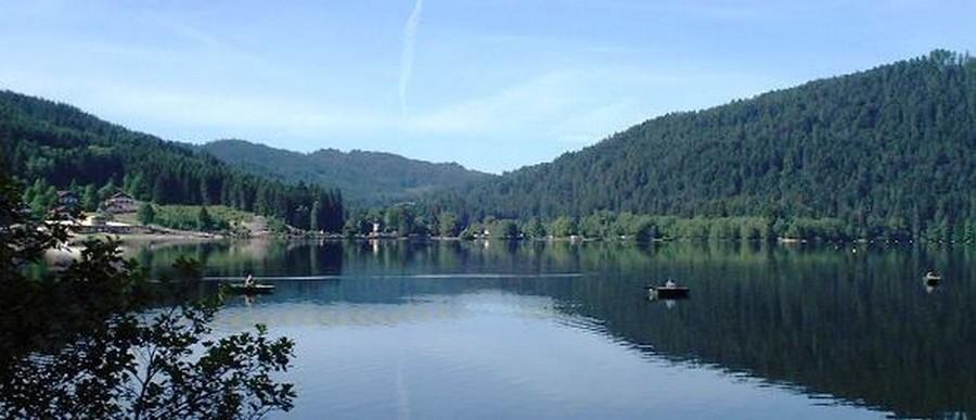 D'une longueur de 2 200 mètres et d'une largeur de 750 mètres, le lac de Gérardmer, d'origine glaciaire, est le plus grand lac des Vosges.  ©Seeb