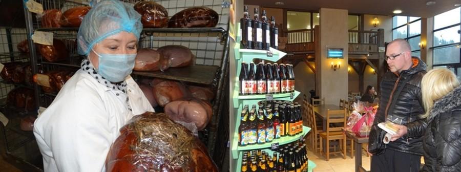 Le jambon cuit au foin, l'une des fiertés de Stéphanie Pierrat. ©Bertrand Munier ; Le magasin « Vosgien Gourmet » dirigé par Emmanuelle propose les 90 produits Pierrat mais également tout un panel de produits régionaux lorrains. ©Bertrand Munier