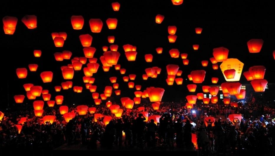 Pour le nouvel an chinois à Taïwan des milliers de lanternes porteuses de vœux s'envolent vers le ciel tandis que les rues s'animent de lampions rouges avec danses du dragon, musiques et spectacles acrobatiques.  © OT Taïwan
