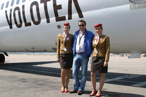 Edo Friart Directeur du développement de la Cie Volotea, pose devant le nouvel Airbus A 319, entouré de deux hôtesses en uniforme.. © Richard Bayon