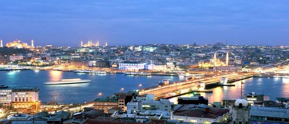 Vue sur la Corne d'Or, la nuit, située au coeur de la très belle ville d'Istanbul © photogratuite.com
